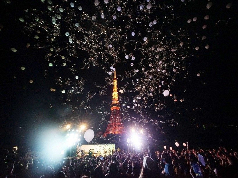 Peoples release balloons to celebrate the New Year with Tokyo Tower in the background in Tokyo, early Friday, Jan. 1, 2016. Japan celebrated the start of 2016, the Year of the Monkey in the Japanese Zodiac. (AP Photo/Eugene Hoshiko)/XEH102/512958425862/1512311719